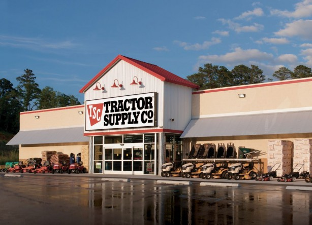 1200px-Tractor_Supply_Store_Front