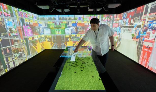 プロジェクトマッピングで囲まれたIXR(Immersive Experience Room)